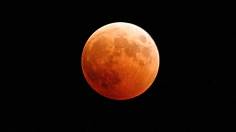 1280px-US_Navy_041027-N-9500T-001_The_moon_turns_red_and_orange_during_a_total_lunar_eclipse